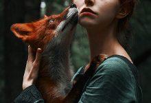 童话般梦幻的女孩和狐狸的摄影照片